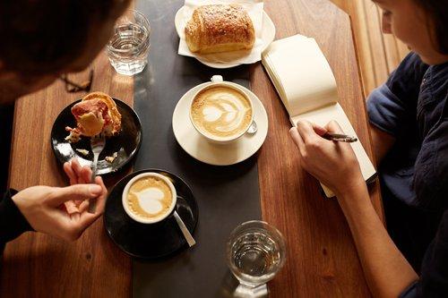 due ragazze che fanno colazione