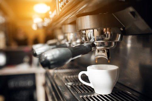 macchina del caffé che prepara espresso