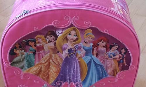 uno zaino rosa con dei personaggi della Disney disegnati