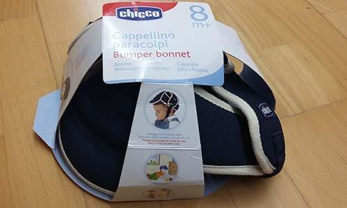 un cappellino paracolpi per bambini della marca Chicco