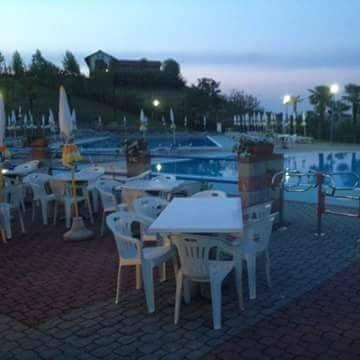 dei tavoli vicino a una piscina