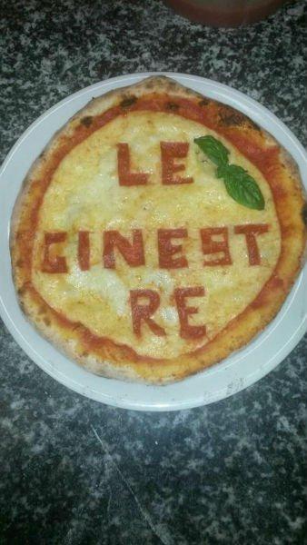 una pizza bianca con scritto Le Ginestre