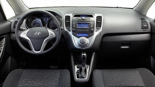 interno auto con volante e cambio