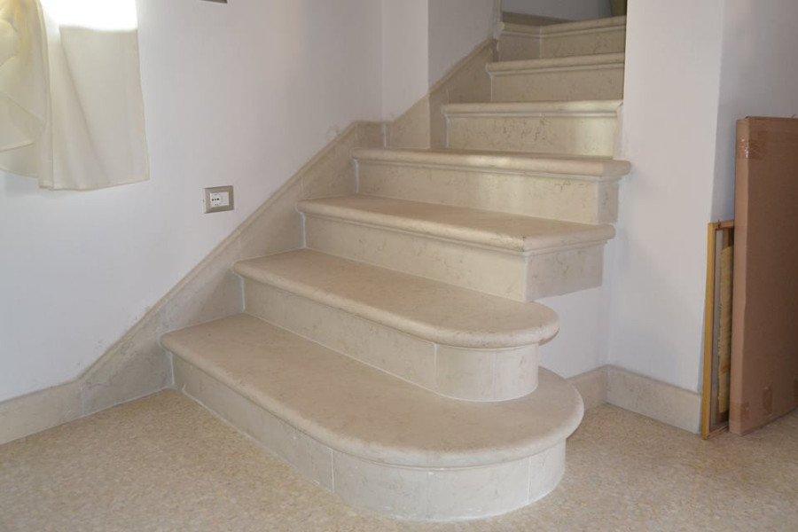 Scale di marmo colore chiaro,i primi due predellini con canto arrotondato