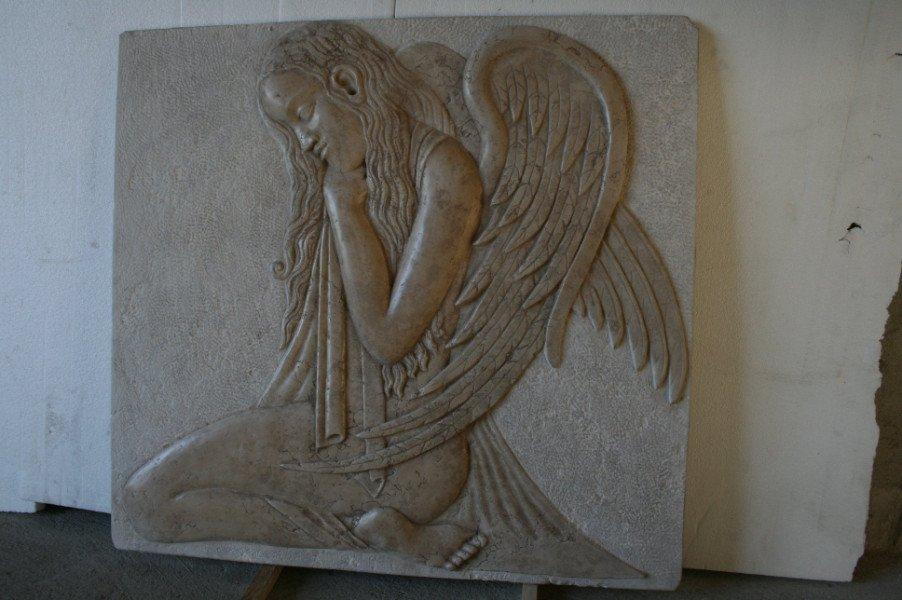 Evidenza di un angel inginocchiati