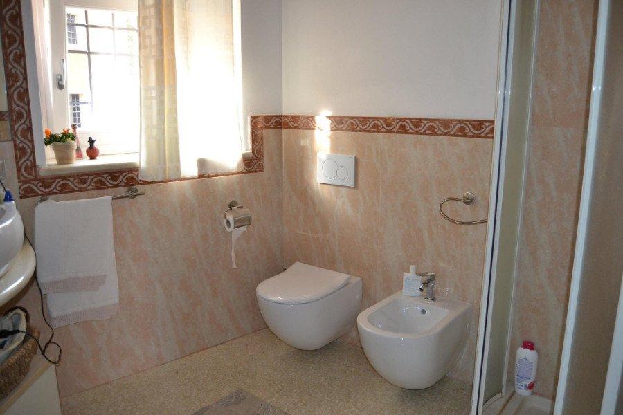 Bagno in marmo rosa fino media parete con orlatura demarcazione con design