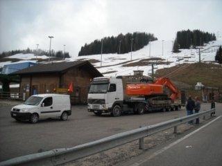 camion trasporta un macchinario per l'edilizia