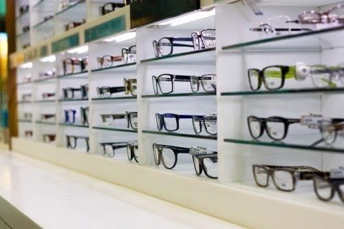 scaffali con modelli di occhiali
