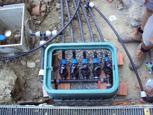 Un impianto di irrigazione con tubi sotto terra