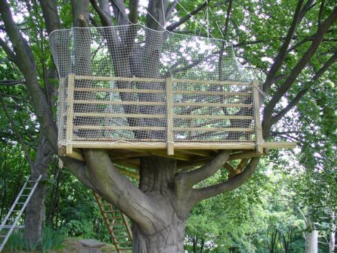 Un recinto di legno su un albero con una rete