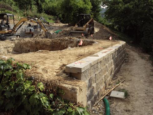 Un terreno con uno scavo e due scavatrici