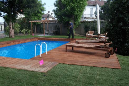 Una piscina e sulla destra degli sdraio