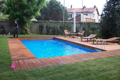 Una piscina circondata con delle passerelle in legno