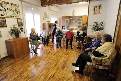 anziani seduti in un soggiorno