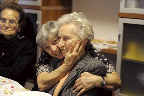 due donne anziane si abbracciano
