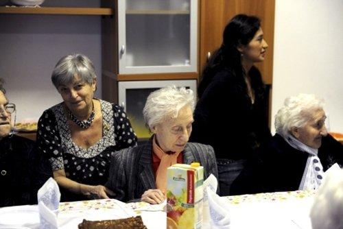 una donna anziana seduata ed un'altra in piedi