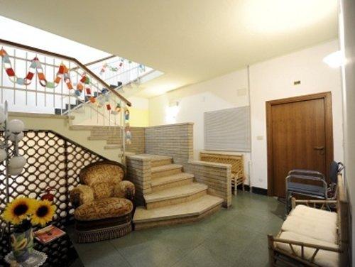 soggiorno con scala che va al piano superiore