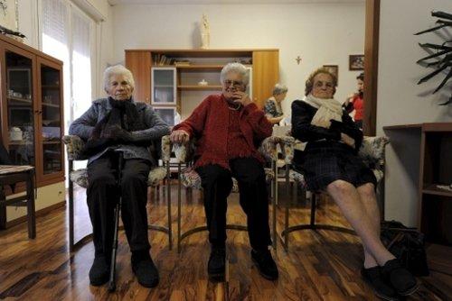 anziani seduti in un soggiorno -vista frontale