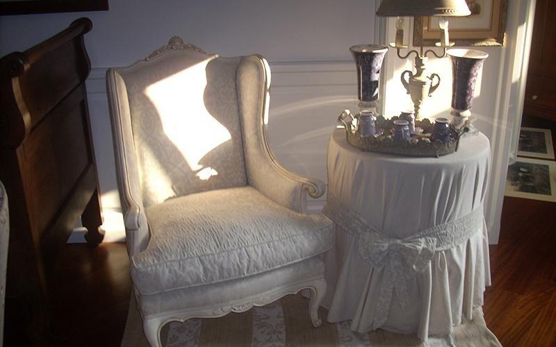 sedia con rivestimento bianco