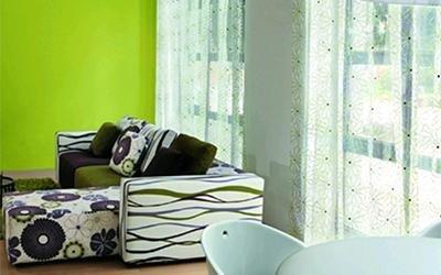 sala con divano imbottito e cuscini decorati