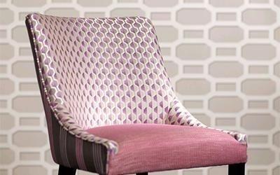 sedia rivestita con cuscino rosso