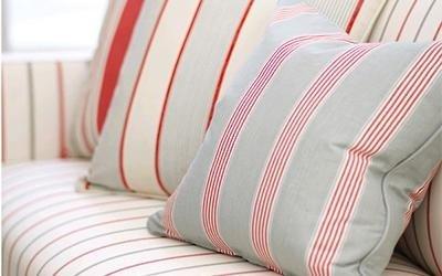 cuscini bianchi a righe rosse