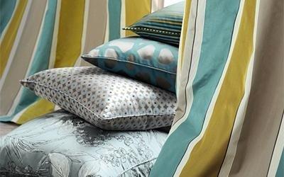 cuscini e tende ocra, verde e argento