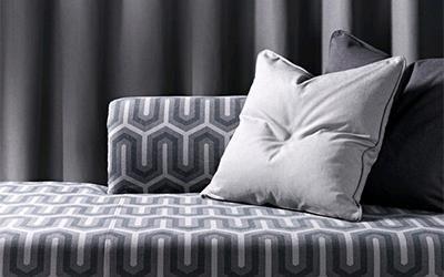 divano con decorazione grigia e bianca