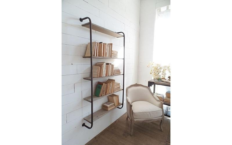 libreria a muro  con tubi e legno