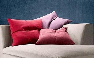 cuscini colorati su un divano color panna