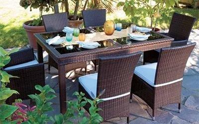 tavolo da esterno con sedie in vimini