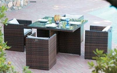 tavolo da esterno con sedie marroni