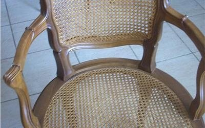 sedia in legno chiaro impagliata