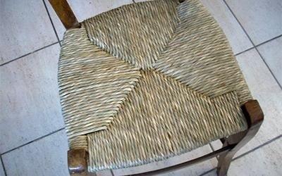 sedia in legno scuro e impagliatura intrecciata