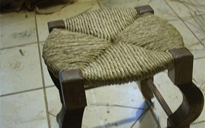 sgabello in legno con impagliatura