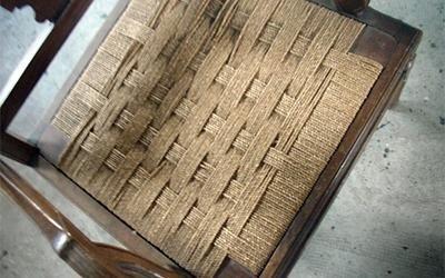 sedia di legno scuro impagliata