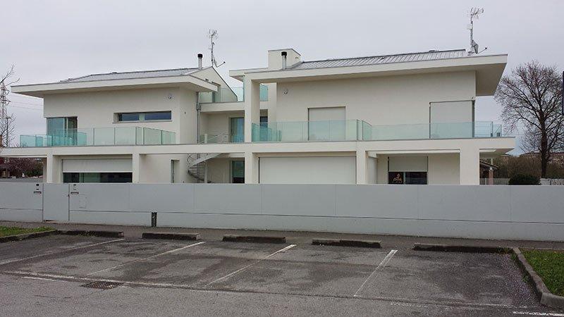 due case con le facciate bianche