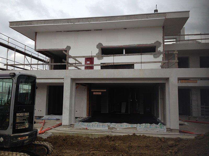 uno stabile bianco in fase di costruzione