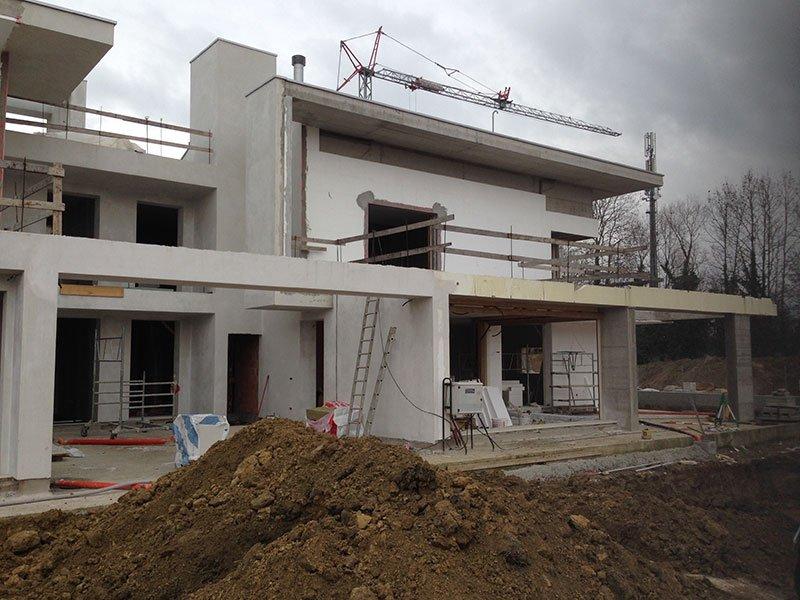 uno stabile bianco in fase di costruzione da un'angolatura diversa