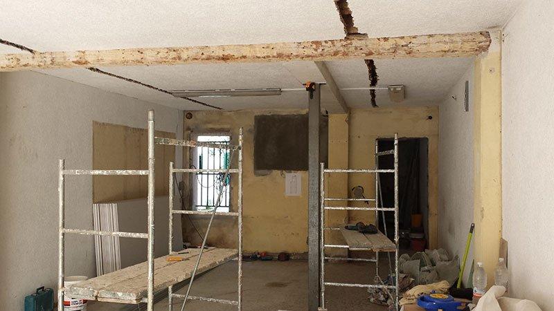 delle scale in ferro all'interno di una stanza da ristrutturare