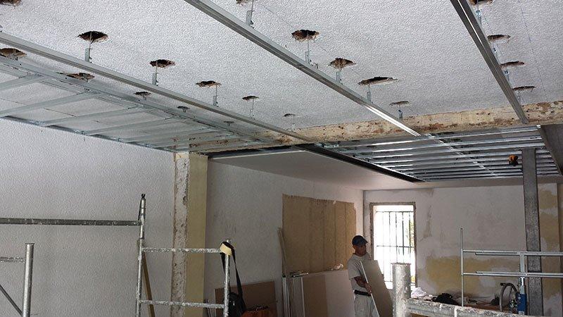 il soffitto di un appartamento in ristrutturazione