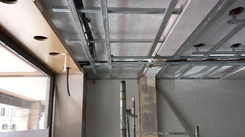 vista di travi di ferro su un soffitto in un appartamento da ristrutturare
