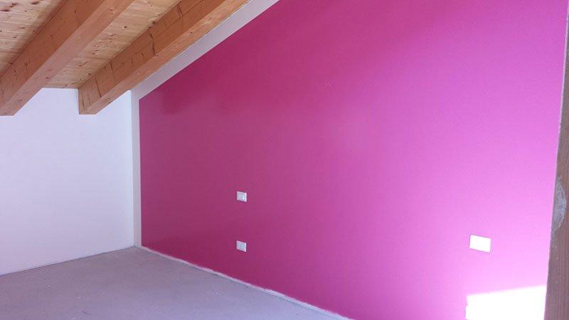 una parete viola in un sottotetto