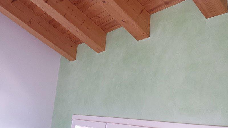 vista del muro e del sottotetto in legno
