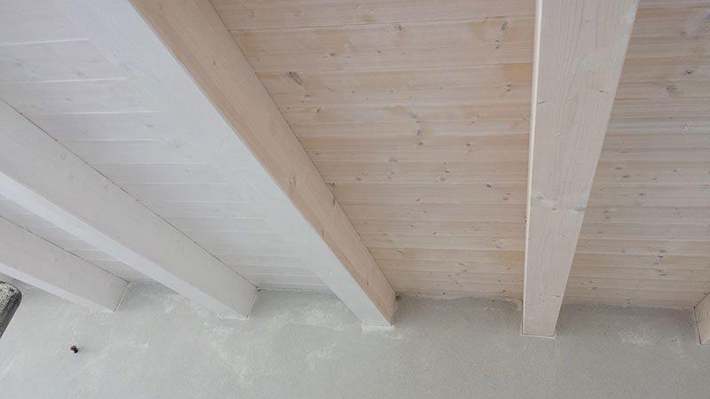 un rivestimento in legno imbiancato