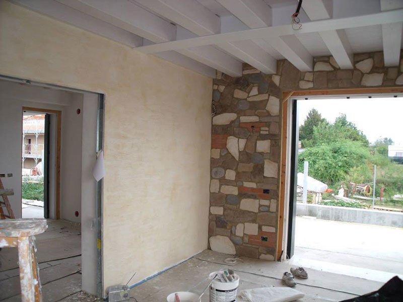 delle pareti color champagne e in roccia e vista dell'esterno
