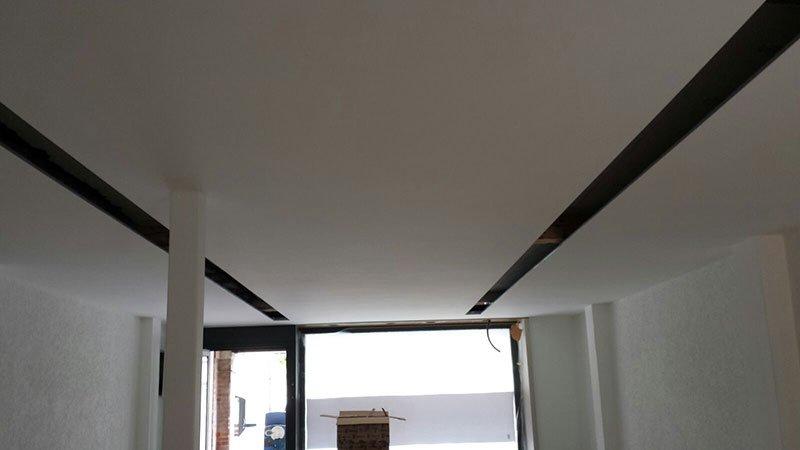 un soffitto imbiancato e due strisce nere