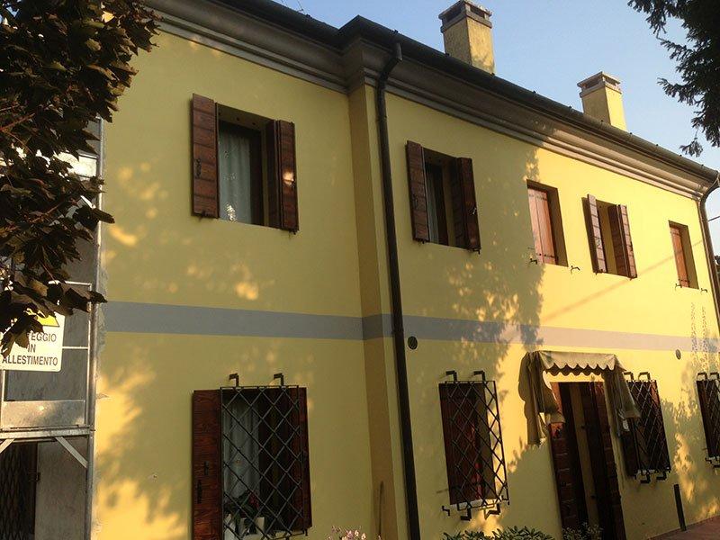 una casa con facciata gialla e vista delle finestre