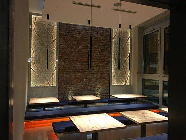 Vista interna del risporante giapponese progettato da Eroicarchitettura a Bologna