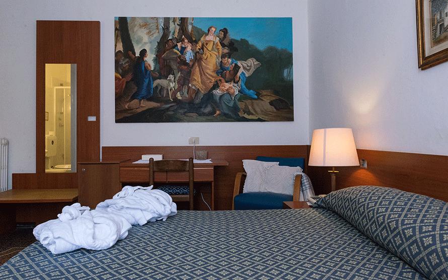 camera matrimoniale con quadri